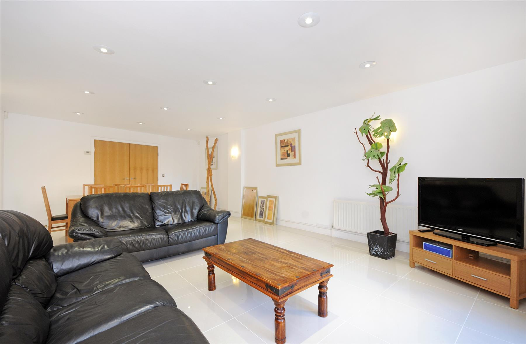 Properties for sale 3 bedroom apartment richbourne court london w1 plaza estates for Three bedroom apartments london